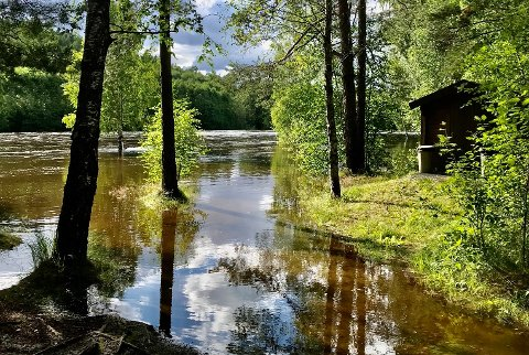 BORTE: Bdeplassen i Svingen er borte, men nå synker vannet i Heddøla igjen. (Foto: Asbjørn Tollefsen)