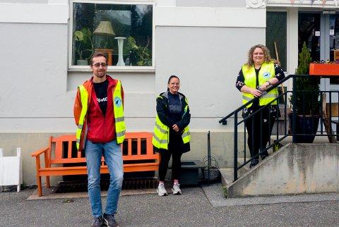 NATTERAVNER: Asle Helseth (f.v.), Suzanne Reid og Tonje Harbek Brokke har vært ute og gått natteravn i helga. - Det er så mye flott ungdom, sier Brokke.