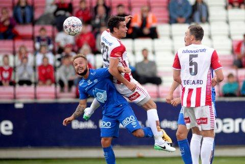 Tromsøs Simen Wangberg i duell med Moldes Sander Svendsen i kampen TIL-Molde på Alfheim stadion.