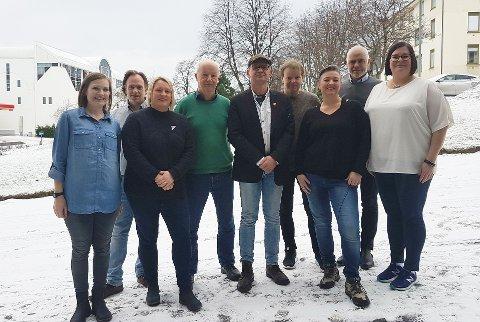 Frå venstre: 1. vara Marit Aklestad, 2. vara Roar Leite, fylkestingsrepresentant Yvonne Wold, fylkesstyremedlem Morten Feiring, fylkesstyremedlem Anders Lindbeck, fylkesstyremedlem Hege Torsmyr, stortingsrepresentant Petter Eide og nestleiar Line Karlsvik.