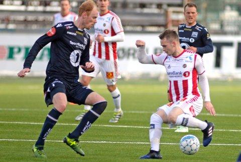 Tromsøs Kent-Are Antonsen i duell med Kristiansunds Pål Erik Ulvestad i eliteseriekampen Tromsø-Kristiansund på Alfheim Stadion.