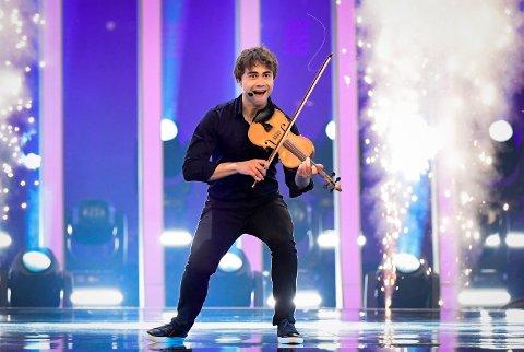 Alexander Rybak fremfører That's How You Write A Song på scenen under lørdagens finale i Eurovision Song Contest på Altice Arena i Lisboa.