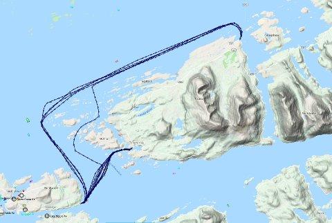 Her ser vi at bilfergen «Stordal» er på vei utenom vanlig rute. Den kjører onsdag morgen fra Seivika til Sandvika på utsiden av Tustna - på grunn av skadene som oppsto på kjørebrua på Tømmervåg.