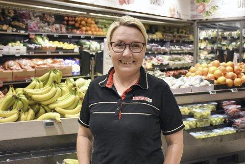 Trives: Hege Rørstad, frukt- og grøntansvarlig hos Spar Fosnagata, har det bra - på jobb, hjemmebane og i livet generelt.