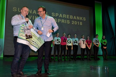 PRISET: Hugo Pedersen og Sagatun grendehus fikk utviklingsprisen på 25.000 kroner  overrakt av banksjef Allan Troelsen.