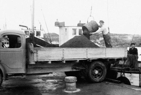 Surnadalsjekta «Birgitte» losser sand på Vedkaia i Kristiansund.