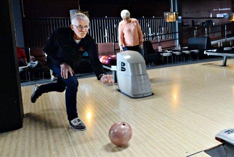 Kåre Aarnes spiller regelmessig bowling på Futura. Det samme gjør Karin Hannasvik (bak).