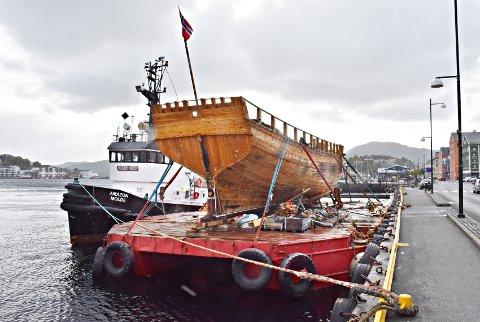 «Søblomsten» ved Vågekaia i Kristiansund torsdag, sammen med slepebåten «Amazon».
