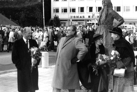 Statsbesøket i Kristiansund 15. oktober 1992: Prins Henrik av Danmark forsøker å etterligne posituren til Klippfiskkjerringa på Piren foran en lattermild kong Harald. Dronning Sonja og dronning Margrethe står bak.