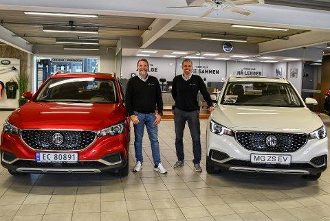 BARE MORO: Salgssjef Joakim Thonhaugen (t.v.) og bruktbilsjef Bård Evertsen hos Branko's Auto har all grunn til å smile over salgssukssesen MG ZS EV.