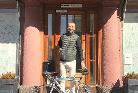 ÅPNER NY BAR: Tom Nelvik gleder seg til å åpne sportsbar på Nøtterøy. Her utenfor inngangspartiet til Plassen i Tønsberg.