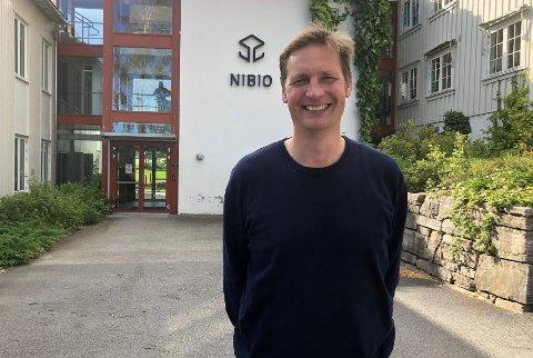 GLAD: Mikkel Johannes Bakkegard er glad for å være på plass som stasjonsleder på NIBIO Apelsvoll.