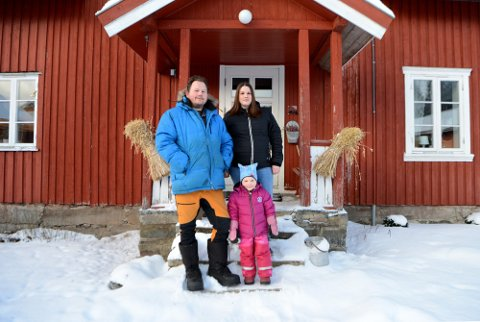 LITEN TUR UT: Mest for fotografens skyld kler familien Petter, Mari-Anne og Oline på seg og går ut en tur i den bitende og tørre vinterkulda i Imsdalen.