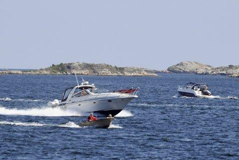 Båtliv: Neste år kan du bli bøtlagt av politiet hvis du kjører fortere enn 20 knop på Buskjærfjorden og i resten av Flosta-skjærgården. Politikerne skal i løpet av høsten ta stilling til havnefogdens forslag om å redusere maksfarten for fritidsbåter fra 30 til 20 knop. Foto: Skibsaksjeselskapet Hesvik