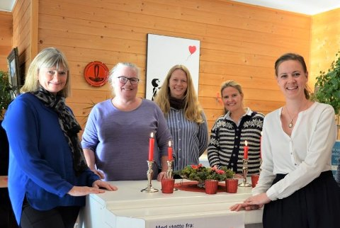 LEGGER BEGRENSNINGER: Koronasituasjonen preger tilbudet ved samtlige av valdreskommunenes frivilligsentraler, men på ulike måter. Fra venstre: Liv Vingdal (leder i Øystre Slidre), Ester Kulterud (Sør-Aurdal), Kari Skogstad (Etnedal), Marta Bjørnøy Lalim (Nord-Aurdal) og Marte Tangen (Vang).