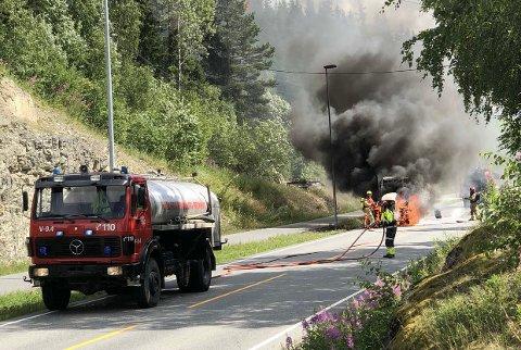 TOK FYR: Traktoren tok fyr midt i vegen.