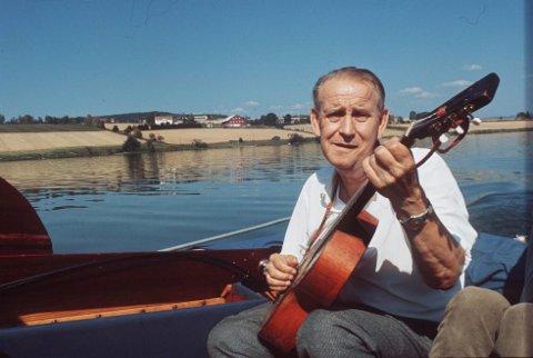 ALF: Alf Prøysen i båt med gitaren sin. Dette bildet sto første gang p trykk i A-Magasinet i mars 1969 .