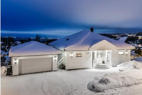 ÅSHEIMGRENDA: Denne villaen har en prisantydning på 10,9 milllioner kroner. Dette er Nittedals dyreste bruktbolig på markedet akkurat nå.