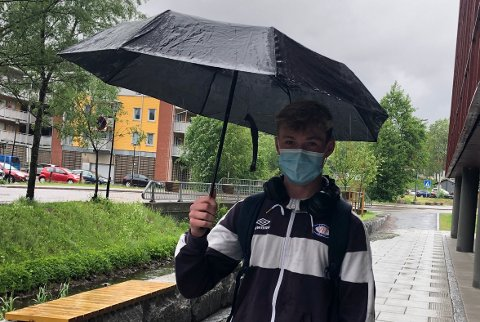 PARAPLYVÆR:Lars Dyran Gamst (16) i regnværet utenfor Mosenteret mandag ettermiddag.