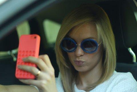 FLERE MOBILBØTER: Til tross for innføringen av prikker for mobilbruk så er det i 2019 utstedt flere bøter for bruk av mobiltelefon i bilen.