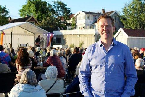 Frank Kvinge driver selskapet Gitarer ved Fjorden AS, som arrangerer konserter i Drøbak. Han mener at kommunen bør støtte hans selskap økonomisk, og har klaget avlslaget fra kommunen inn til klageorganet. Der skal det behandles på onsdag.