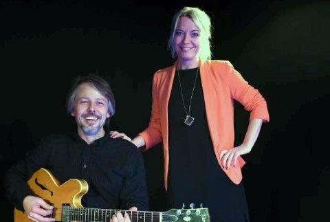 Andreas Haddeland spiller en viktig rolle i musikklivet på Nesodden. Her sammen med kommunalsjef  for kultur, idrett og næring, Ellen Knutsen. Foto: Trond Folckersahm