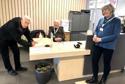 I resepsjonen: Dagfinn Danielsen (til v.) setter pris på at frivillige som Olav Maurstad og Kari Nyhus stiller opp for å lette hverdagen til pårørende og ansatte.