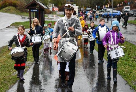 Trommeorkesteret Slagbjørnene i taktfast marsj rundt i småveiene på Bjørnemyr med alle skoleklassene som haleheng.