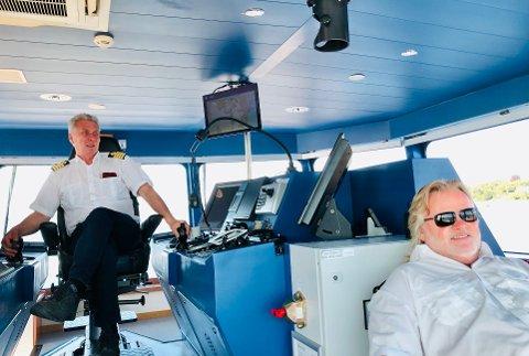 Kaptein Bjørn Nervik ogmatros Jonny Arvesen kan rapportere om daglig kjeft fra passasjerer på grunn av den stengte kiosken.