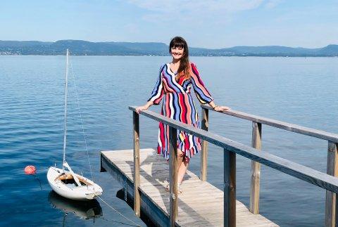 Musikalstjerne Lisa Stokke har allerede meldt seg inn i Svestad vel og isbaderforeningen. Og hun har utnyttet stranda godt i sommer.