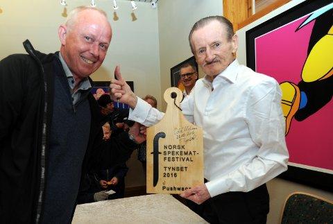SIGNATUR: Odd Uglem, direktør i attføringsbedriften Mescano signerte skjærefjøla som Pushwagner fikk i gave