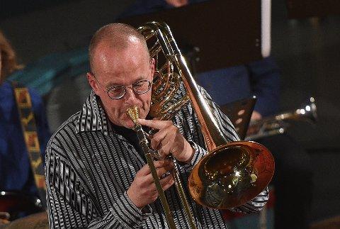 BASSTROMBONE OG MUSIKALSK LEDER: Kåre Nordseth ledet storbandet i Tynset kirke under åpningen an Tynset jazzfestival..