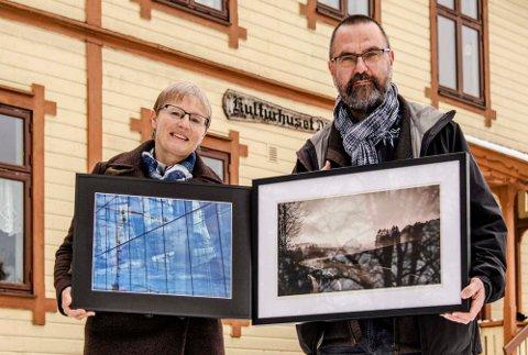 Hilde Helgesen og Dag-Ragnar Blystad foran D6 hvor fotogruppen IRIS har utstilling.