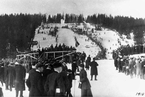 1918: Rennet i Solbergbakken i 1918 trakk store publikumsmengder.