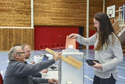 Valg på Tingvoll: Silje Osnes leverer sin stemmeseddel, mens funksjonærene Lars Jostein Holten (foran) og Roger Bach ser at alt går rett for seg.Foto: Hafez Matter
