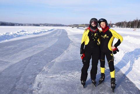 Skate4AIR: Kjellrun Hoås Gannestad (t.v.) og Bernadette Hendriks på isen utenfor Falun før start.Foto: Privat