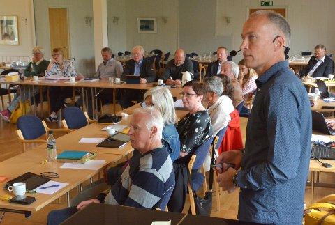 Per Gunnar Løset orienterer kommunestyret, som enstemmig vedtok en innsigelse til reguleringsplanen fra Bergmestren Raudsand.