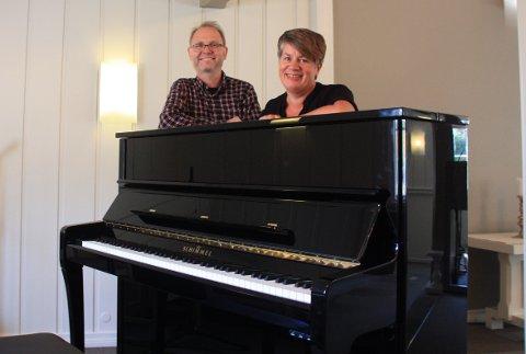 Ole A. Klemsdal og Signe Sollien Andersen sitter i sang- og musikkrådet i Risør Frikirke, de er veldig glad og takknemlig for alle bidrag de har fått inn til kjøp av nytt konsertpiano.