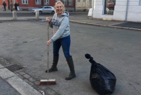VAKTMESTER: Linn Skåber sier hun oppfører seg litt som en vaktmester. Her har hun sendt Avisa Oslo et bilde av at hun feier gaten utenfor leiligheten sin på Grunerløkka.