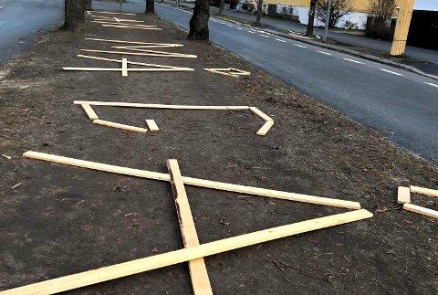 AKSJON: I løpet av natten har noen revet ned planker og spredt dem ut i ridestien midt i Gyldenløves gate.