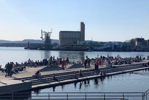 FOLKSOMT: Slik så det ut på Sørenga søndag ettermiddag, der mange mennesker hadde samlet seg for å nyte solen.