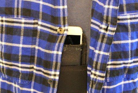 SKJULT TELEFON: I forbindelse med rettssaken mot en 58-årig oslomann i Haugaland tingrett, kunne politiet dokumentere hvordan de mener teoriprøve-jukset skal ha foregått. Ved hjelp av en skjult mobiltelefon, skal kandidater ha mottatt hjelp via en radiosender i øret.