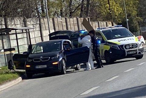 PÅGREPET: Her står bilen mannen kjørte etter pågripelsen i en busslomme på E18 i Bærum. Han han ennå ikke vært i politiavhør.