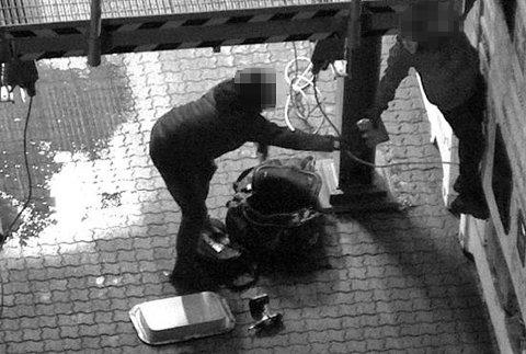 FERSKET: Politiet holdt containeren under spaning da den ankom Norge. Her er to 35 år gamle menn i ferd med å hente ut pakker med det de tror er kokain.
