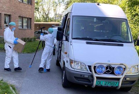 FUNNSTEDET: Kvinnen i 20-årene ble funnet død på en adresse på Hellerud i Oslo tirsdag morgen. Her er politiets kriminalteknikere på stedet i ettermiddag.