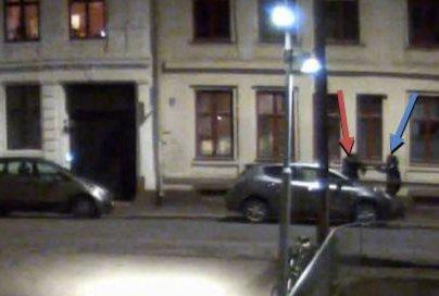 HÅNDGEMENG: Her skal en person rette det som kan være et våpen mot en annen person. Sekunder senere hadde et skudd truffet leiligheten til en kvinne i Fossveien på Grünerløkka.