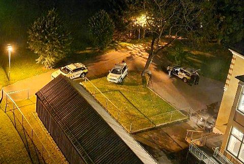 SKUTT: Politiet er på på stedet natt til 25. august etter at to unge menn ble skutt i Tvetenveien på Trosterud. Torsdag i forrige uke ble en mann pågrepet i saken, før han ble løslatt igjen neste dag.