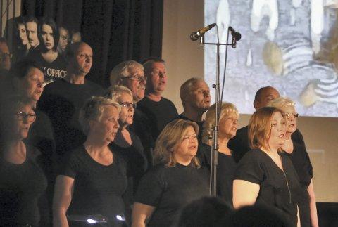 STORSATSING: Albatross feira 30 års jubileum med storsatsinga frå filmverda. Medan kjende filmsnuttar rulla over lerretet, framførte Albatross – med mannskor-assistanse frå Hjelmås, den eine filmmusikk-sviska etter den andre under sin dirigent Kristine Fluge.