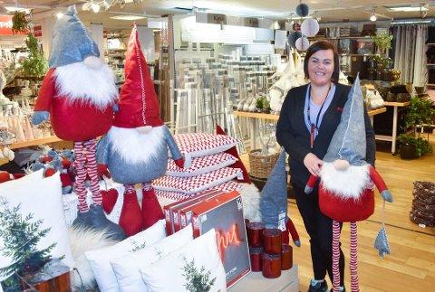 Maiken Skogvoll stortrives med å jobbe på en julepyntet arbeidsplass. Foto: Beate Nygård Johansson