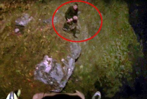 Her blir Rene Wesdorp funnet på en fjellhylle, sliten våt og kald. Foto: Forsvaret